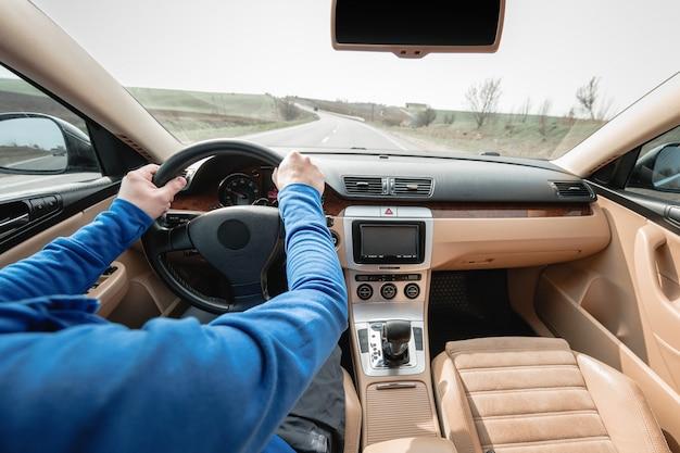 아스팔트 도로에서 현대 자동차를 운전
