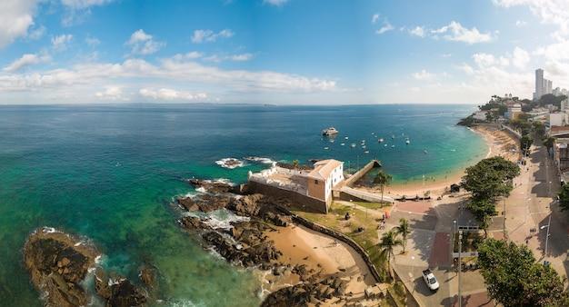 Вид с воздуха с дрона на пляж порту-да-барра в савалдор-баия, бразилия.