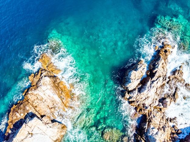 Дрон с высоты птичьего полета на море и скалы в олимпиаде, халкидики, греция