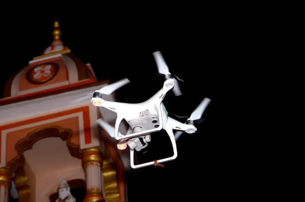 결혼식 및 파티에서 비행하는 드론 카메라