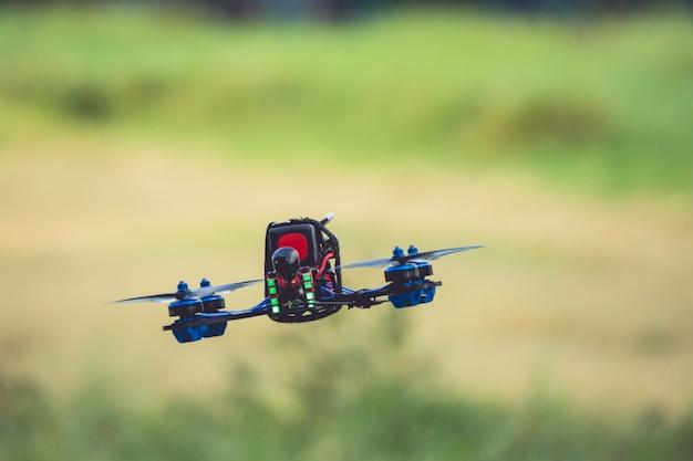 フィールドグリーンのデジタルカメラで高速飛行ドローンヘリコプター