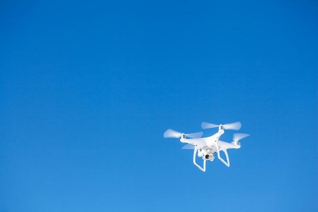 Дрон-вертолет, летящий с цифровой камерой над горами