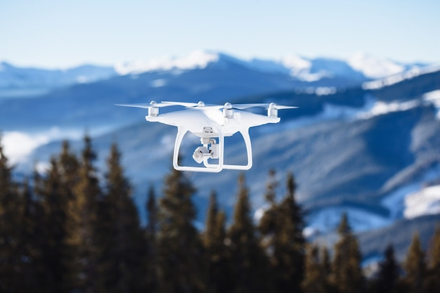 山の上をデジタルカメラで飛んでいるドローンヘリコプター