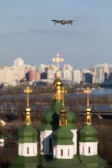 Дрон пролетает над выдубицким монастырем в киеве. купола христианского монастыря. сосредоточьтесь на дроне с размытым фоном