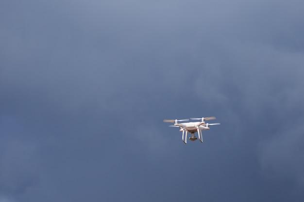 青い空を背景にドローン飛行