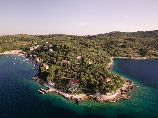 콜로 쳅 섬 근처의 무인 항공기 비행 크로아티아에서 섬의 해안 바다에 정박 해있는 요트