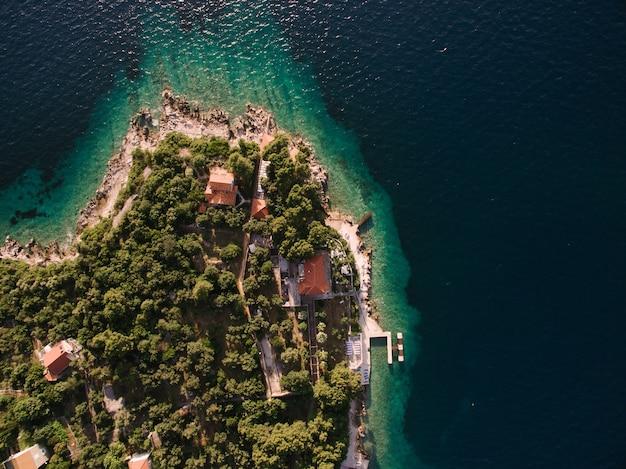Kolochep 크로아티아의 섬 근처 무인 항공기 비행은 섬의 해안 바다에 정박