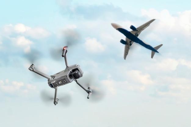 상업용 비행기 근처를 비행하는 드론. 드론은 항공기 비행 높이까지 상승합니다. 충돌 위험. 공항을 통한 쿼드로콥터 비행 금지. 드론 비행의 개념.