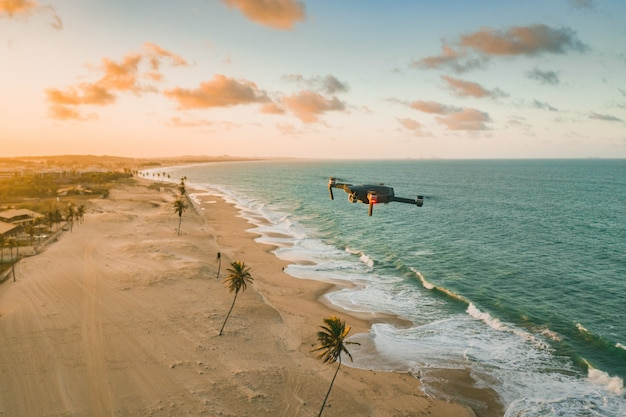 Дрон пролетает над морем и пляжем