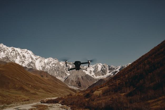 Дрон в воздухе над горами крупным планом
