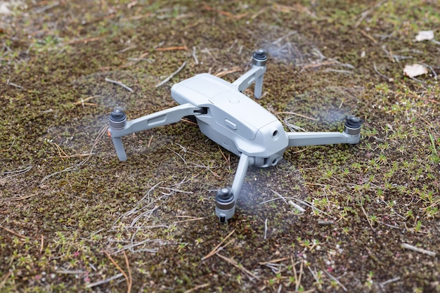 비행을 시작할 준비가 된 숲 바닥에 드론