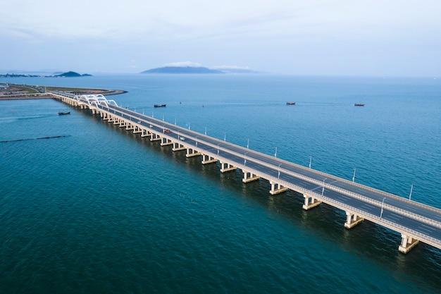 空中橋の写真を見下ろすドローン