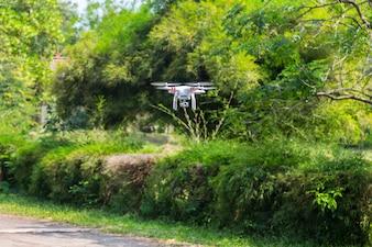 カメラが飛行するクアドロコプターのドローン