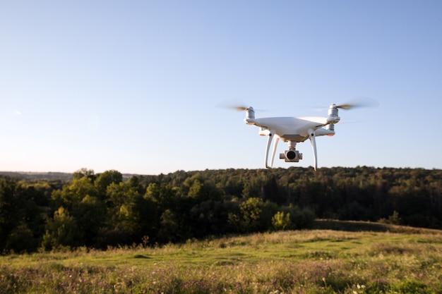 녹색 옥수수 밭에 드론 쿼드 헬리콥터