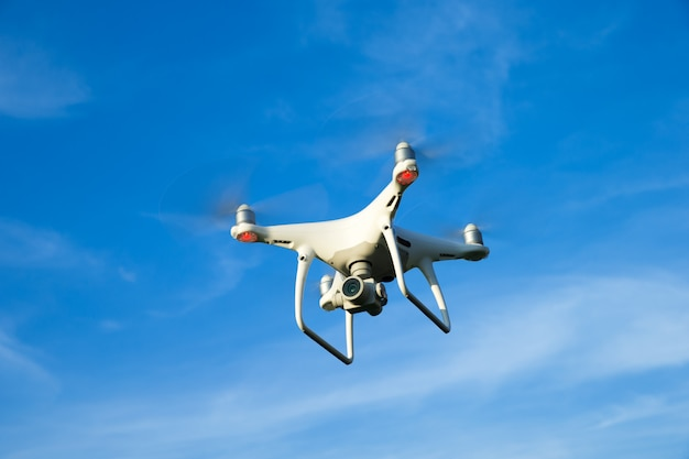 Drone quad copter на зеленом кукурузном поле