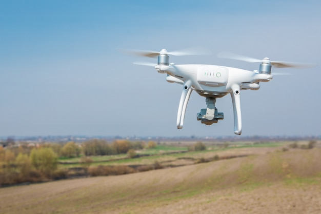 Drone quad copter на зеленом поле