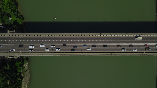 Drone's eye view - 교량에 도시 교통 체증의 공중 위에서 아래로 보기
