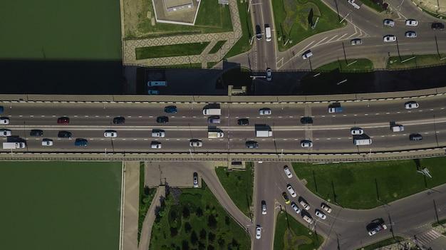 Drone's eye view - 다리 위의 도시 교통 체증 바로 위