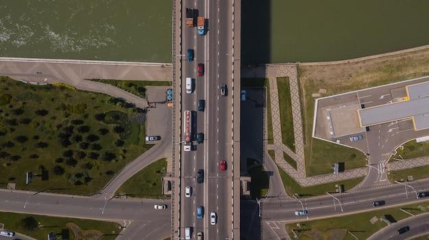 다리에 도시 교통 체증의 드론 아이 보기