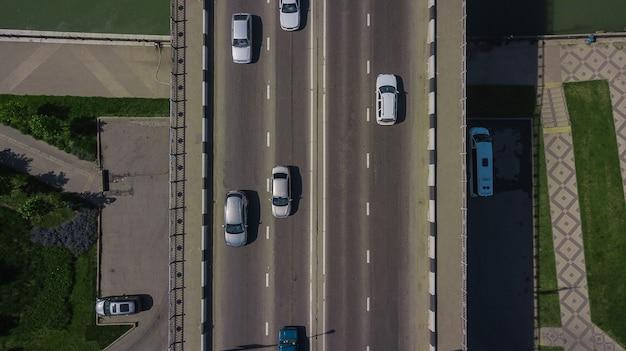 Drone's eye view - 다리에 자동차와 트럭이 있는 도시 교통 체증 위에서 하향식 보기
