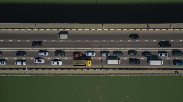 Drone's eye view - 다리 위의 도시 교통 체증의 하향식 보기