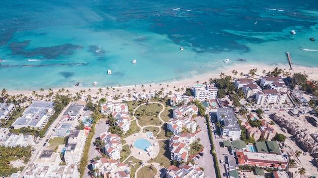 보트와 palmstree가있는 푼타 카나 해변에서 무인 항공기 촬영