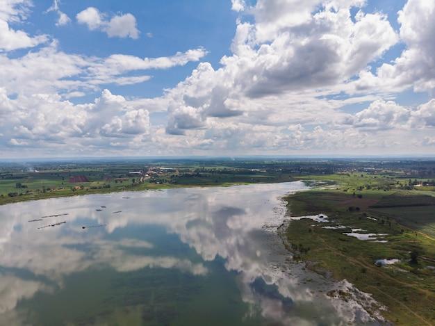 ドローンは、貯水池ダムと森の空撮風景を撮影しました