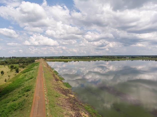 ドローンは、川の貯水池ダムと森の空中写真の風景を撮影しました