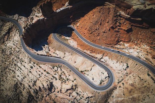 사막 곡선 도로의 무인 항공기 샷