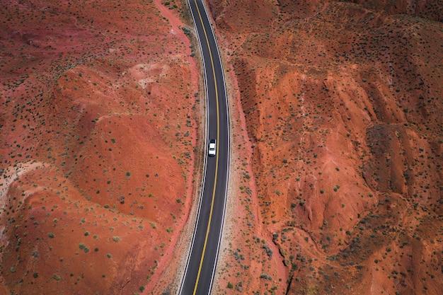 사막 도로의 드론 샷