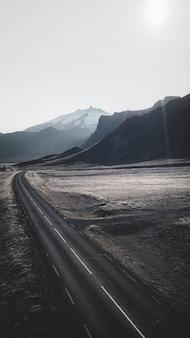 Снимок с дрона живописного маршрута в исландии. обои для мобильного телефона.