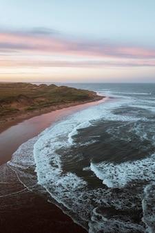 Снимок с дрона побережья абердиншира, шотландия