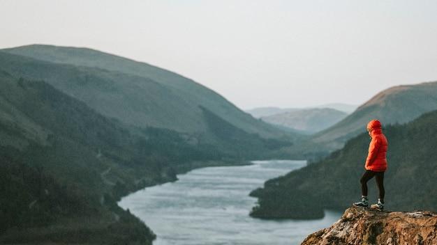 Снимок с дрона скалы рэйвен и водохранилища тирлмер в озерном крае в англии