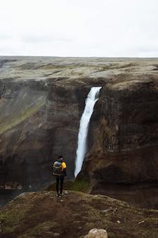 Снимок с дрона водопада хайфосс, исландия