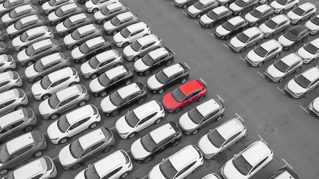 Дрон вид, новая автостоянка, рядом с логистическим центром автосалона. стоянка обновленного модельного ряда автомобилей возле автомагазина.