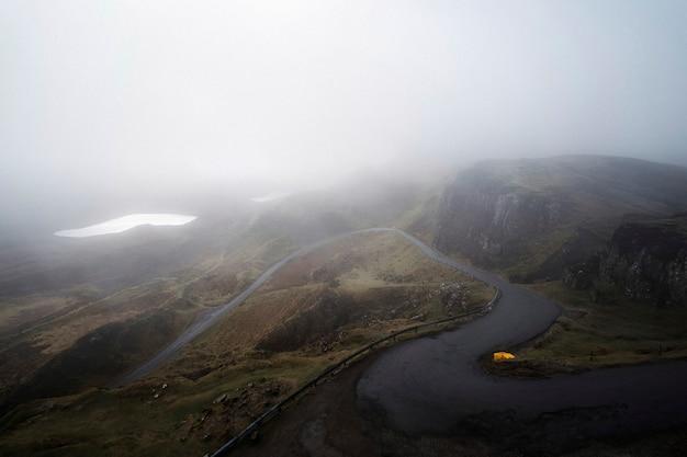 スコットランドのスカイ島の霧のクワイアリングのドローンビュー
