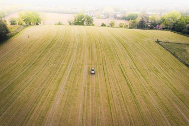 Беспилотный вид трактора на поле