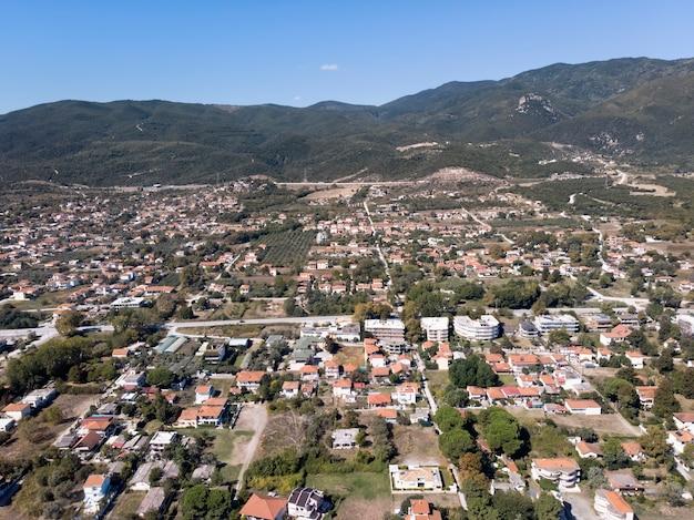 ギリシャのasprovalta村のドローンビュー