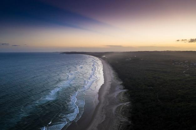 早朝の海岸線のドローンビュー