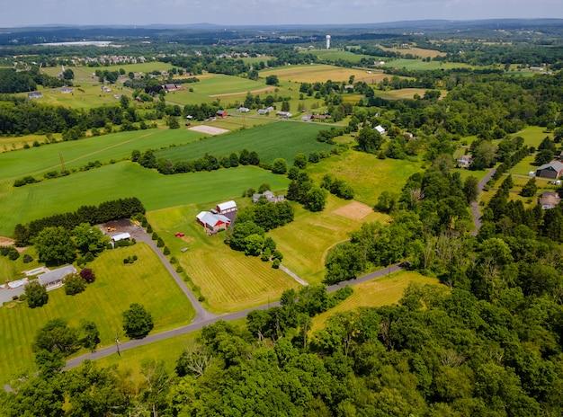 農業の美しい風景の高さからの農地のドローンビュー