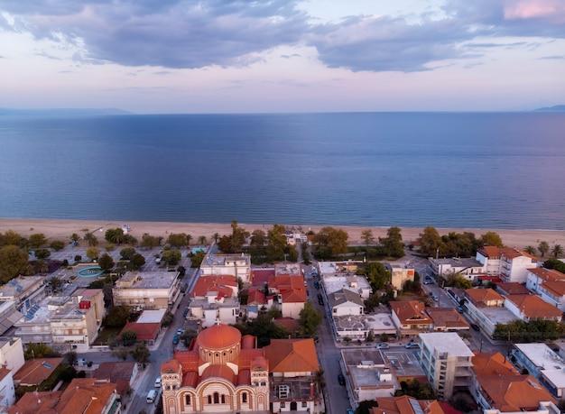 Вид с дрона на море в деревне аспровальта, греция