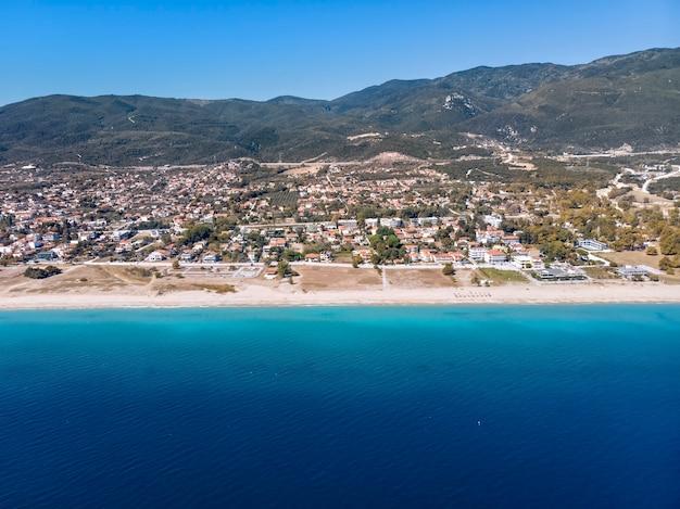 Asprovalta村ギリシャの海のドローンビュー