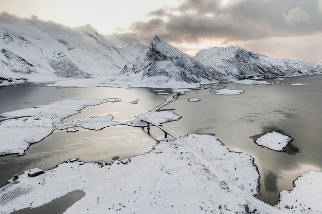 雪に覆われた海岸のドローンビュー