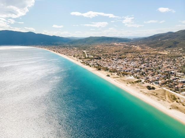 Drone vista mare nel villaggio di asprovalta grecia