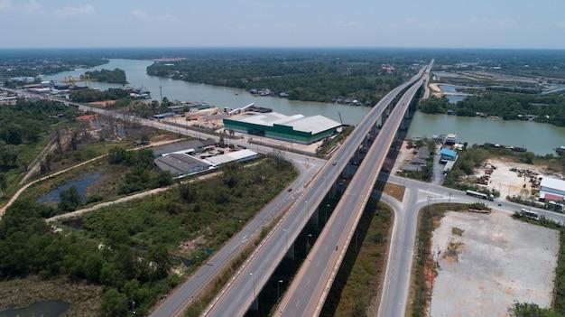 드론 보기 태국 수랏타니(surat thani thailand)의 테이프 강(tapee river)과 다리(bridge)의 하향식.