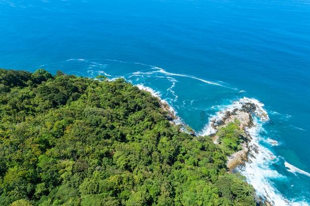 Drone view вид сверху ландшафтный пейзаж природа вид на красивое тропическое море с видом на морское побережье в летнем сезоне изображение с высоты птичьего полета дрон выстрел