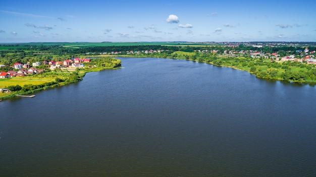 카메라와 무인 항공기, 높이에서 아름다운 여름 작은 강