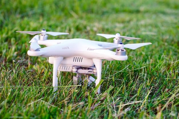飛ぶ準備をして草の中のカメラでドローン