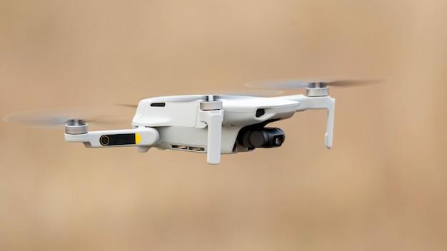 飛行中のデジタルカメラ付きドローン。