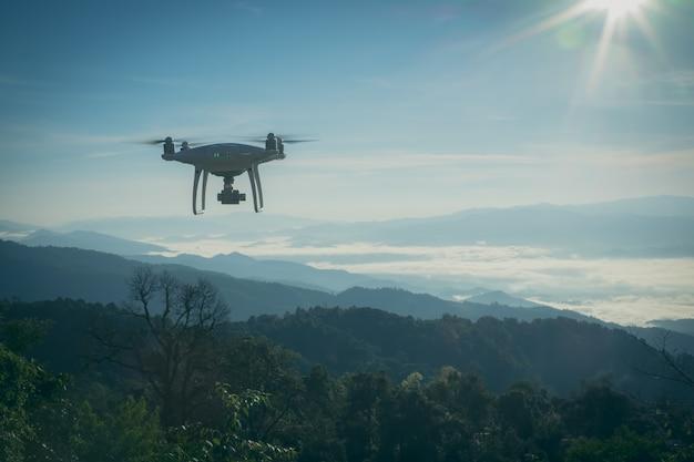 Беспилотный вертолет бпла летает с цифровой камерой. drone с цифровой камерой высокого разрешения.